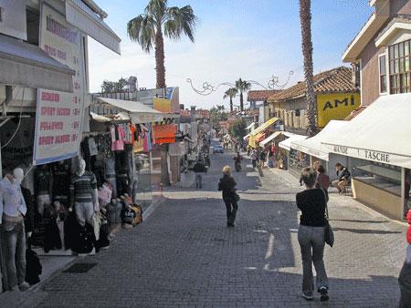 Торговая улица в Сиде. Фото: Елена Подсосонная