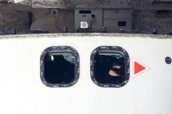 В иллюминаторе – астронавт «Атлантиса». Фото: NASA via Getty Images