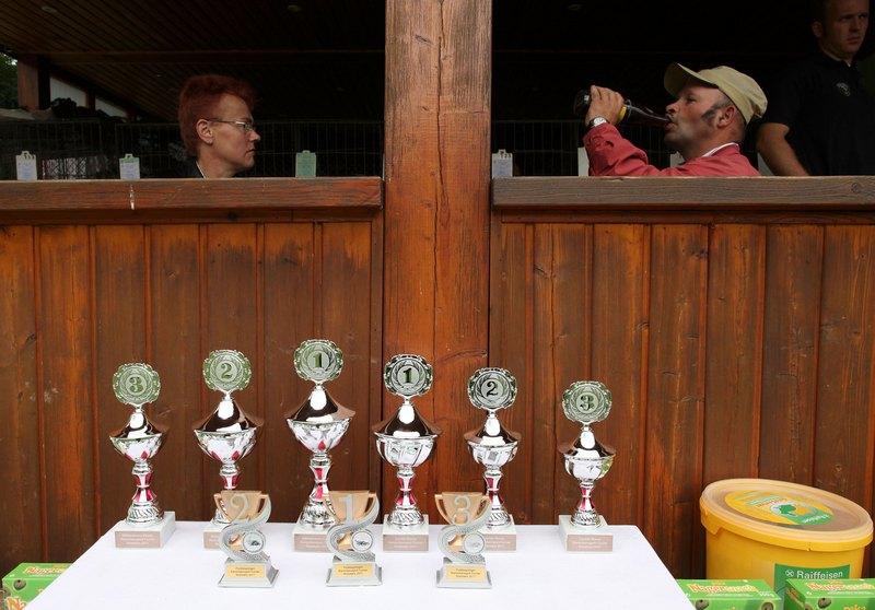 Награды победителям. Фото: Ralph Orlowski/Getty Images