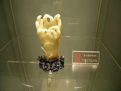 Ваза для цветов из золотистого топаза в форме руки Будды. Фото с secretchina.com