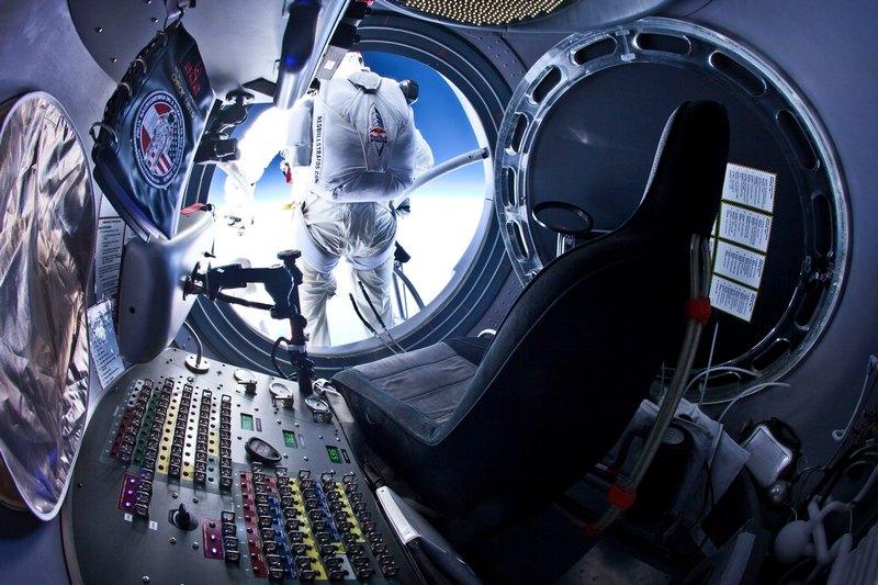 В небе над Розвеллом, США, 25 июля. Пилот Феликс Баумгартнер покидает капсулу воздушного шара на высоте 37 км. Одна из целей полёта — установить мировой рекорд в скорости свободного падения. Фото: Jay Nemeth/Red Bull via Getty Images