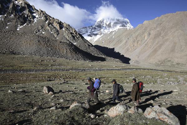 Сотни паломников ежегодно совершают обход вокруг мистической горы Кайлас. Фото: China Photos / Getty Images
