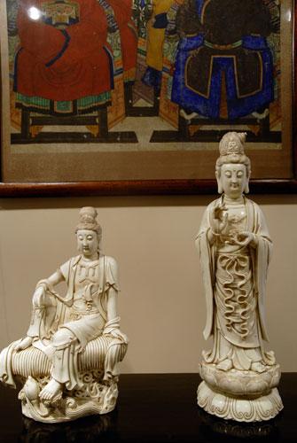 Скульптуры Гуаньинь. Начало 20 ст. фарфор. Одно из самых любимых божеств Гуаньинь в древнем Китае - богиня милосердия и сострадания, ипостась мужского образа бодхисатвы Авлокитешвара. Она научила людей выращивать рис, который стал питательным, потому, что