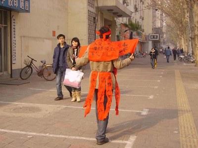 Надпись: Продаю свои органы, чтобы спасти отца. Фото с epochtimes.com