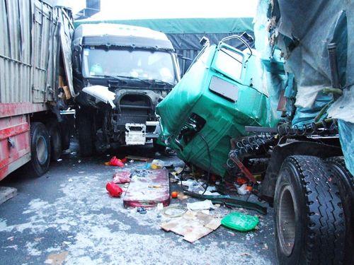 На мосту из-за скользкой дороги столкнулись более десяти машин. Фото с сайта epochtimes.com