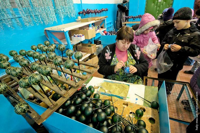Купивши іграшки в магазині, можна попросити художниць зробити дарчий напис за додаткову оплату в кілька гривень. Фото: holy-mozart.livejournal.com
