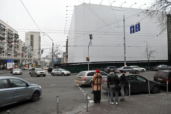 Здание в стиле модерн на Большой Васильковской 50. Фасад здания закрыт рекламным баннером. Фото: Владимир Бородин/The Epoch Times Украина