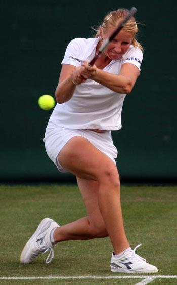 Лондон, Великобритания: Россиянка Alla Kudryavtseva во время Уимблдонского турнира. фото: JOE KLAMAR/AFP/Getty Images