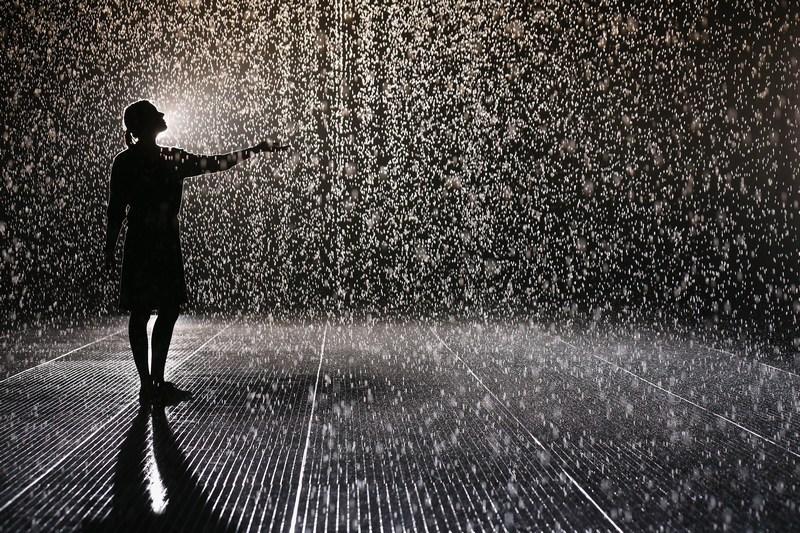 Лондон, Англия, 3 октября. В Барбикан-центре открылась инсталляция «Комната дождя» площадью 100 кв. м. Фото: Oli Scarff/Getty Images