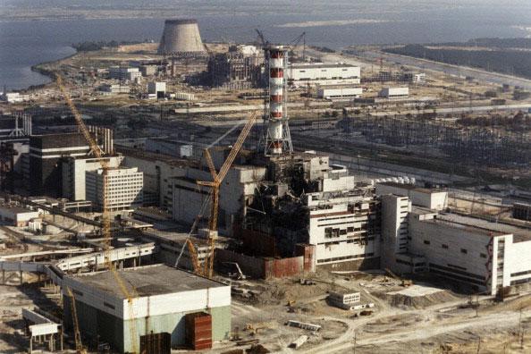 Повреждённая Чернобыльская АЭС на фотографии сделанной 1 октября 1986 года. (ZUFAROV/AFP/Getty Images)