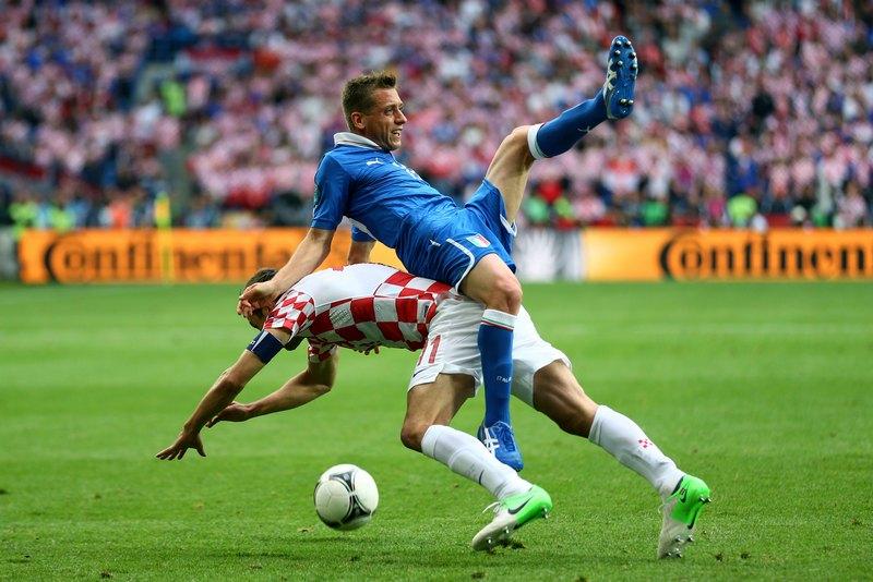 Познань, Польща, 14 червня. Євро-2012, матч Італія — Хорватія. Зіткнення Еммануеля Гіаччеріні (Італія, вгорі) і Даріо Срна (Хорватія). Фото: Clive Mason/Getty Images