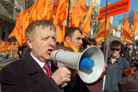 Участников шествия призывают построиться в колонну для начала движения с Европейской площади. Фото: Владимир Бородин/Великая Эпоха