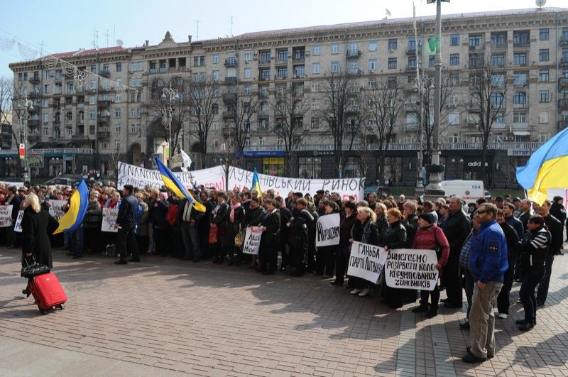 Работники Лукьяновского рынка 5 апреля 2012 года в Киеве пикетируют КГГА с требованием защитить рынок от рейдерского захвата. Фото: Владимир Бородин/The Epoch Times Украина