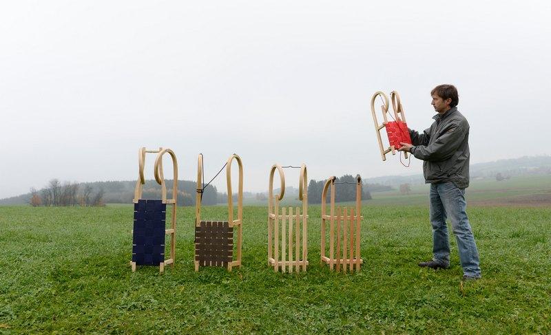 Бёэн, Германия, 12 ноября. Дизайнер Кристофер Битцер демонстрирует разные виды санок. На старой семейной фабрике с августа по январь производится до 30 тыс. санок 25 видов, которые покупают даже в Южной Корее. Фото: CHRISTOF STACHE/AFP/Getty Images
