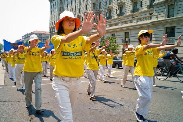 Демонстрация упражнений Фалуньгун во время шествия. 18 июля. Вашингтон. Фото: Дай Бин