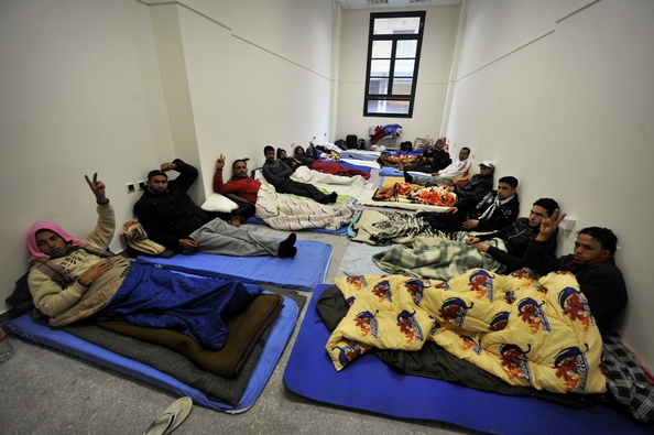 Сегодня ночью мигранты в количестве 237 человек, обосновавшихся на юрфаке Афинского университета и устроивших там голодовку с требованиями предоставления им законных прав проживания в Греции, уступили полиции и покинули корпус факультета, перейдя в друго