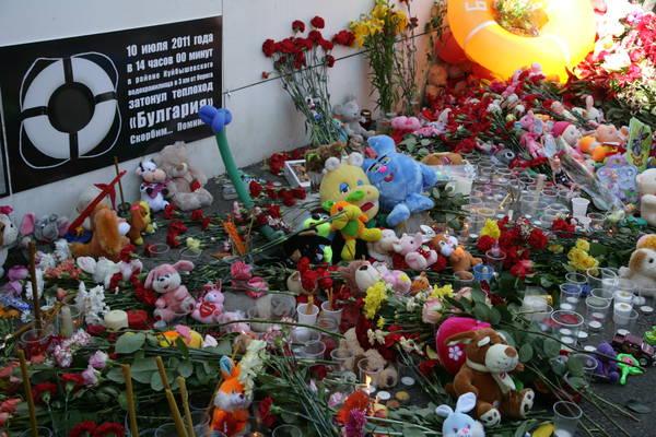 К импровизированному мемориалу жертв трагедии были возложены цветы. Сотни людей со вчерашнего дня несут к «мемориальной стене» Речного вокзала цветы, венки, свечи и детские игрушки. Фото: prav.tatarstan.ru