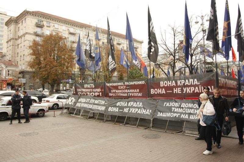 Рядом с палаточным городком развешены плакаты, обвиняющие Тимошенко в предательстве Украины. Фото: Евгений Довбуш/The Epoch Times Украина