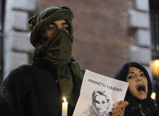 Активисты выступают в поддержку лидера Фронта Полисарио Аминат Хайдар напротив здания Министерства иностранных дел в Мадриде. Власти Марокко вновь отказали во въезде в страну Аминат Хайдар. Испания. Фото: JAVIER SORIANO/AFP/Getty Images