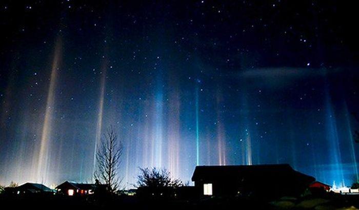 Световые столбы в ночном небе над г. Виктор (штат Айдахо), на Северо-Западе США в группе горных штатов, 18 февраля 2009 г. Фото: news.nationalgeographic.com
