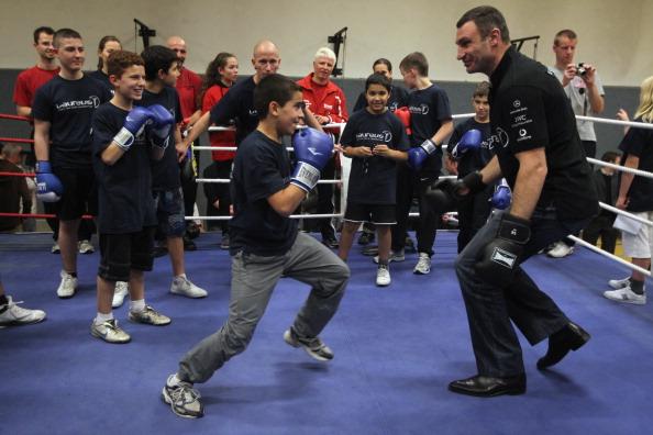 Виталий Кличко показывает детям, как надо боксировать. Фото: Sean Gallup/Getty Images