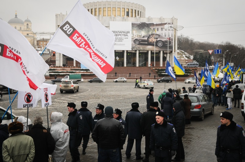 Противники і прихильники Януковича зібралися в Києві біля Українського дому, де проходила його підсумкова прес-конференція 1 березня 2013 року. Фото: Володимир Бородін / Велика Епоха.