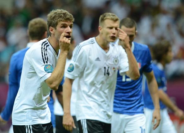 Жести від німецьких гравців в адресу судді в півфінальному матчі Німеччини проти Італії 28червня 2012року у Варшаві. Італія виграла з рахунком 2—1. Фото: Christof Stache/AFP/Getty Images