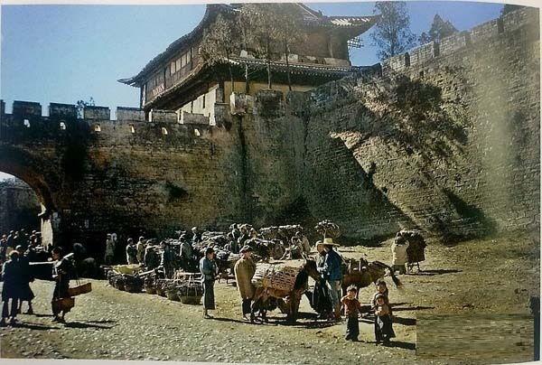 Базар біля одного з дев'яти входів у стіні міського муру, побудованої у 8 столітті н.е. Місто Куньмін провінції Юньнань в 1945 році