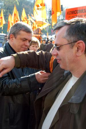 Перед шествием участники повязывают друг другу ленточки. Фото: Владимир Бородин/Великая Эпоха