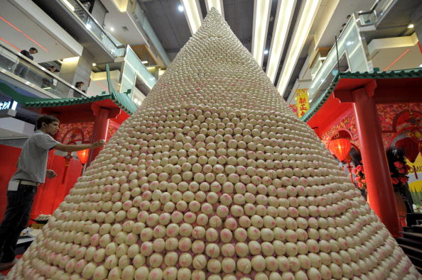 Китаец соорудил пагоду из 18 888 булочек в преддверии китайского Нового года по лунному календарю (14 февраля). Фото: PORNCHAI KITTIWONGSAKUL/AFP/Getty Images