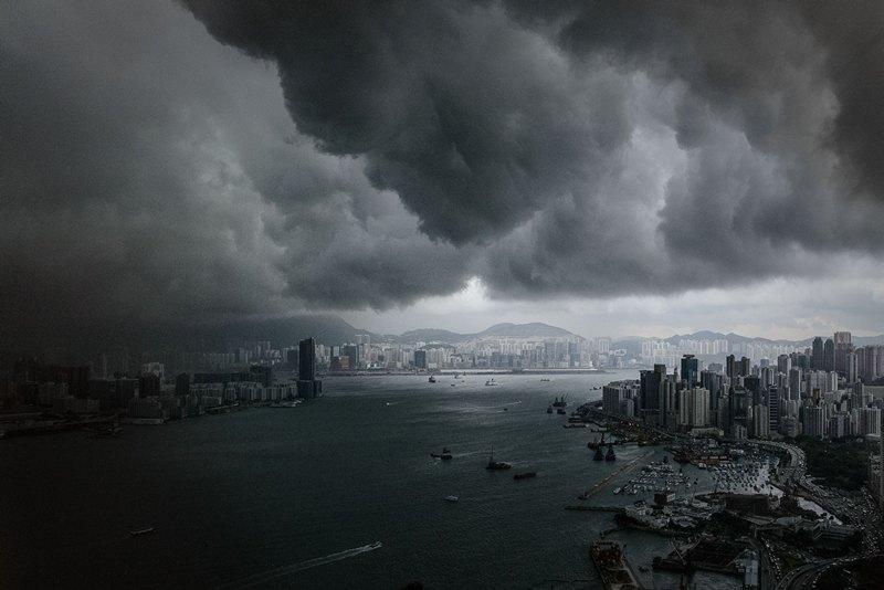 Гонконг, 30 апреля. Свинцовые облака нависли над гаванью Виктории. На город надвигается шторм. Фото: PHILIPPE LOPEZ/AFP/Getty Images