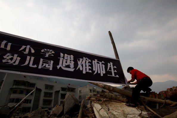 Годовщина землетрясения в провинции Сычуань Люди оплакивают своих погибших родных. Фото: Feng Li/Getty Images