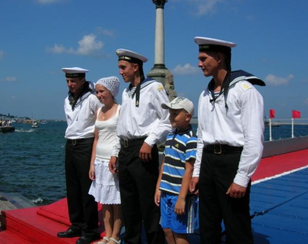 После парада с моряками фото на память. Фото: Алла Лавриненко/The Epoch Times Украина