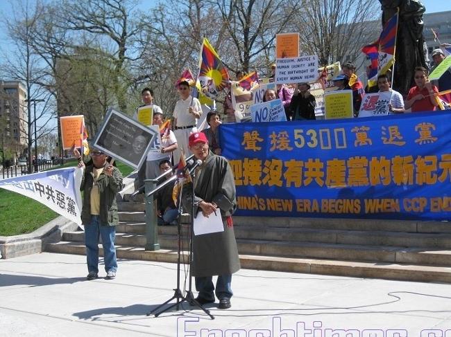 Выступает президент Тибетской ассоциации штата Висконсин Сабдэн Сангха. (The Epoch Times)