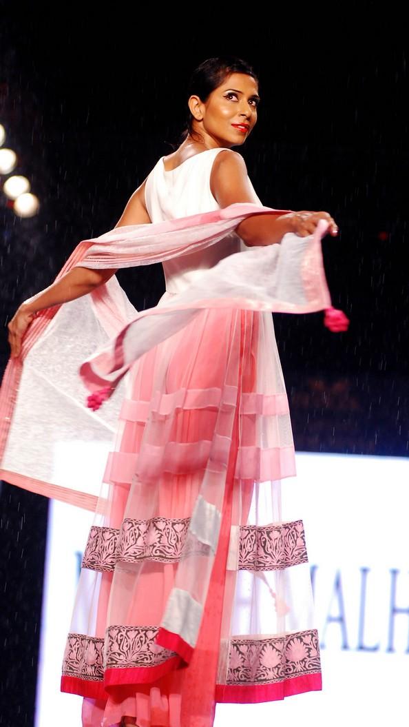 Благотворительный показ мод «Забота со стилем». Фото: STRDEL/AFP/Getty Images