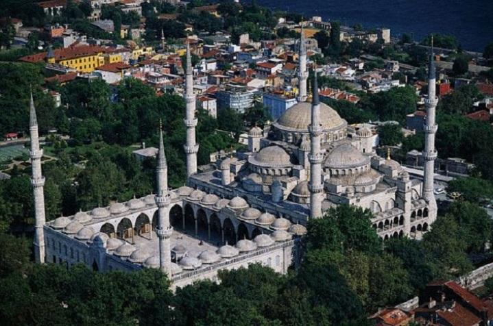 Мечеть розташована прямо навпроти храму Святої Софії, була побудована в 1616 році і повинна була, за задумом султана, перевершити красою знаменитий храм. Фото: adriyatik.com