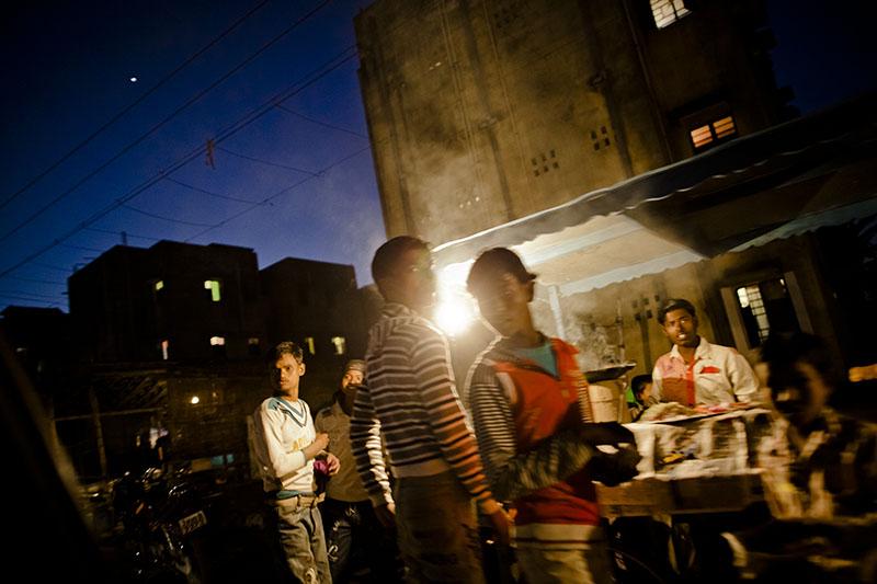 Жители Белгарии вечером возле кафе. Фото: Daniel Berehulak/Getty Images