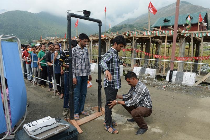 Станция Банихал, Индия, 26 июня. Сотрудник службы безопасности проверяет участников церемонии открытия железнодорожного сообщения в штате Кашмир, опасаясь провокаций со стороны террористов. Фото: TAUSEEF MUSTAFA/AFP/Getty Images