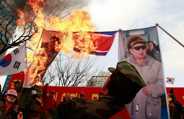 Члены южнокорейской морской пехоты общественного объединения ветеранов провели митинг в память погибших двух морских пехотинцев в северокорейском артобстреле южнокорейского острова Енпхендо, а также за борьбу с Северной Кореей. Фото: Chung Sung-Jun/Getty