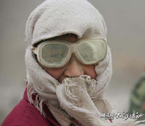 Рабочие из-за бедности готовы работать в условиях повышенного загрязнения воздуха. Фото с epochtimes.com