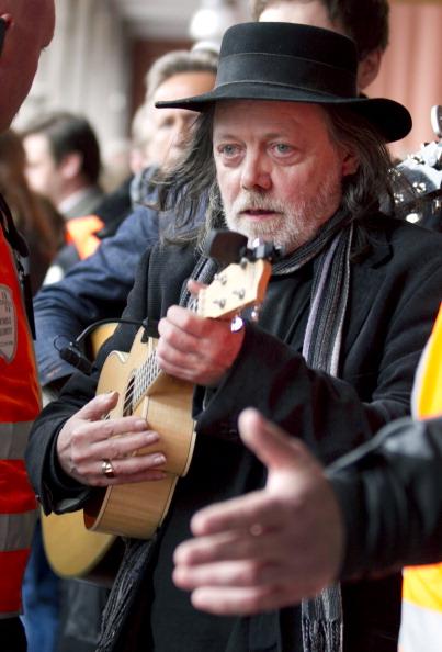 Чоловік грає на музичному інструменті укулеле під час масового протесту проти ідеології Брейвіка в Осло. Фото: Lien, Kyrre/AFP/GettyImages