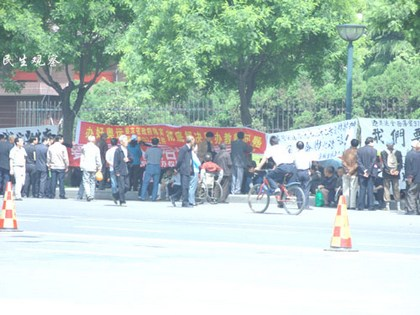 Учителі провінції Шеньсі вимагають від уряду умов для існування. Фото з epochtimes.com