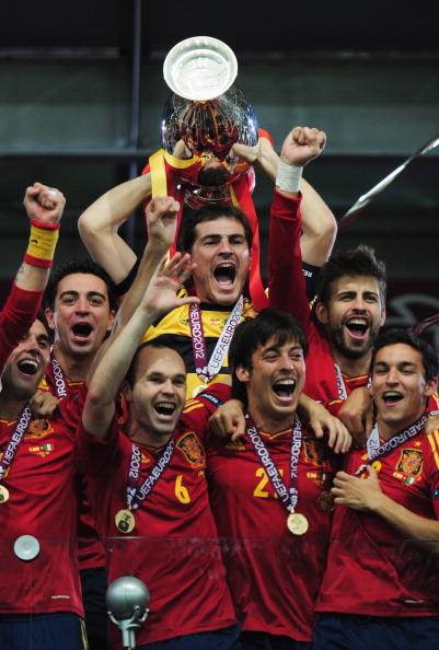 Сборная Испании с трофеем, как победитель Евро-2012, 1июля, Киев. Фото: Shaun Botterill/Getty Images