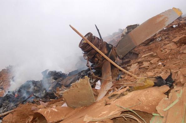 Вид на обломки военно-транспортного самолета в результате крушения на юге Марокко 26 июля 2011 года. Военно-транспортный самолет врезался в гору, в плохую погоду на юге Марокко сегодня. Погибли все 80 человек, находящиеся на борту самолета. Фото: Getty Im