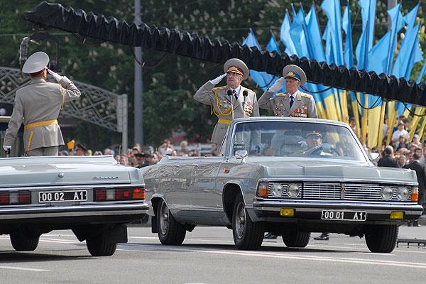 Військовий парад з нагоди 65-ї річниці Дня Перемоги відбувся у Києві 9 травня 2010 року. Фото: Володимир Бородін / The Epoch Times