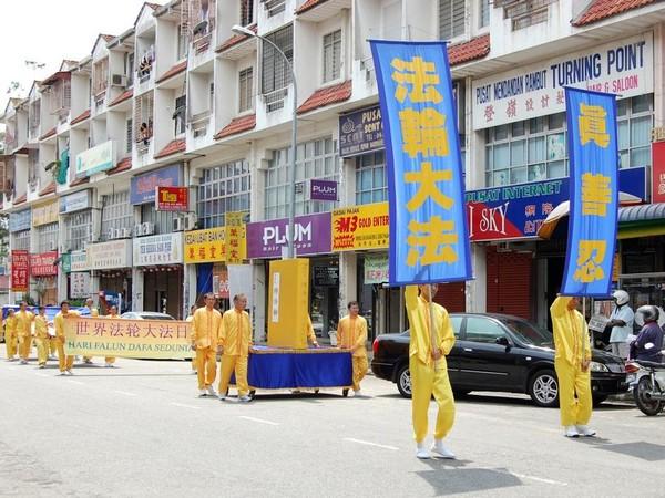 Малайзия. Последователи Фалуньгун отмечают Всемирный день Фалунь Дафа. 2010 год. Фото с minghui.org