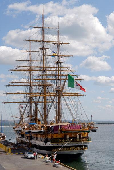 Военный итальянский парусник Amerigo Vespucci прибыл в Одессу. Фото: Владимир Бородин/The Epoch Times