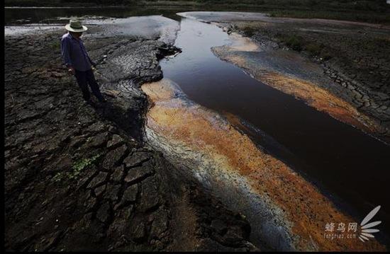 В промышленном районе Цзычао провинции Аньхой с разных химических предприятий в реку Янцзы сбрасывается вода разных цветов: красная, жёлтая, чёрная, серая и т.д. 18 июня 2009 год. Фото: Лу Гуан
