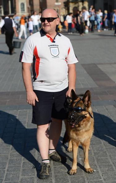 Вболівальник збірної Англії разом зі своєю собакою в сонцезахисних окулярах в Кракові за день до Євро-2012. Фото: CARL DE Суза/AFP/GettyImages