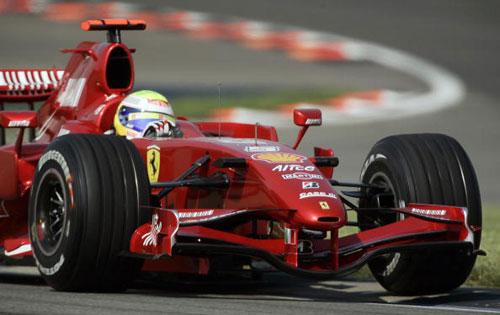 Пилот команды Феррари Фелипе Масса участвует в гонках в течении квалификации Гран-при США. Фото: JEFF HAYNES/AFP/Getty Images